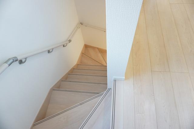 踏み場の広い、手摺付き階段です。踏み場の広い階段は、高齢の方でも安心できますね^^
