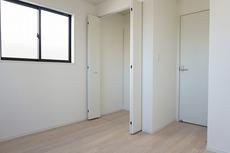 全居室にはたっぷり収納できるクローゼットを設置しています。窓には断熱性・保温性にすぐれ、省エネ効果のあるペアガラスを採用。冬には結露を防止します^^