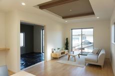 リビング上部が折上天井になっております。天井の中央部分が一段高くなっていることで開放感が生まれ、スタイリッシュな空間になっています。