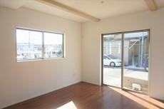 窓ガラスは日射熱や紫外線を大幅にカットできる遮熱Low-e複層ガラスを採用し良質な室内環境と冷暖房負担の軽減を実現します。ダイニング上部が折上天井になっております。