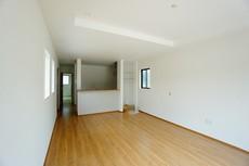 リビングは広々として家具の配置も色んなパターンが考えられますよ。18帖以上のリビングを探してた方にオススメです。
