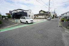 前面道路幅は約6mあるので駐車もしやすいです。駐車スペースは2台分あります。