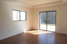 窓ガラスは日射熱や紫外線を大幅にカットできる遮熱Low-e複層ガラスを採用し良質な室内環境と冷暖房負担の軽減を実現します。