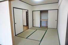 リビング横と5.4帖の洋室から行き来できる和室です。収納もたっぷりで嬉しいですね^^