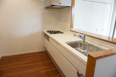 カウンターキッチンなので、ご家族と会話をしながら楽しくお料理ができます。お掃除もラクラクです。