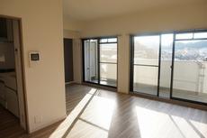 大きな窓があり、広々としたLDKです。家具やカーテン選びが楽しみになりますね^^