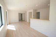 キッチンから会話が弾みそうなリビングです。お気に入りの家具やインテリアで快適空間に^^