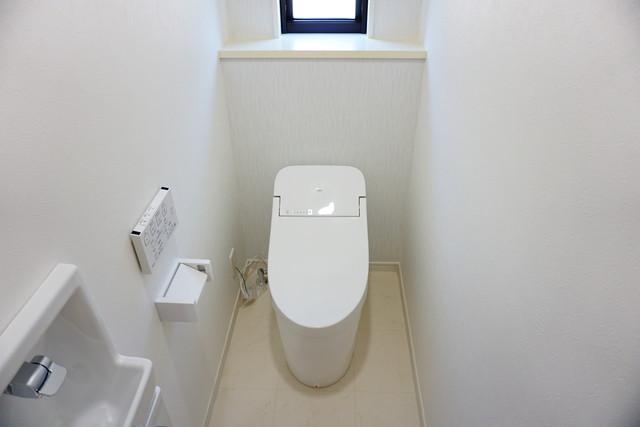 ウォシュレット付トイレです。節水機能もあるので、安心して使えますね。便利な手洗い付きです^^