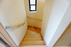 階段は段数を通常より1段多く段差を低く設定し、足元灯も完備。より安全な階段を追求しました。