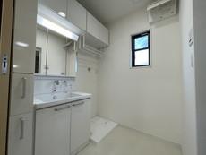収納たっぷりの洗面化粧台です。機能もデザインもこだわっています。