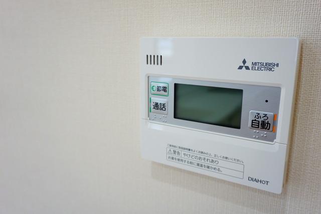 キッチン横からお湯張り、追い炊き、温度調節がボタンで楽々操作できる給湯機リモコンです^^忙しい夕飯の準備の時間帯に重宝しますね。