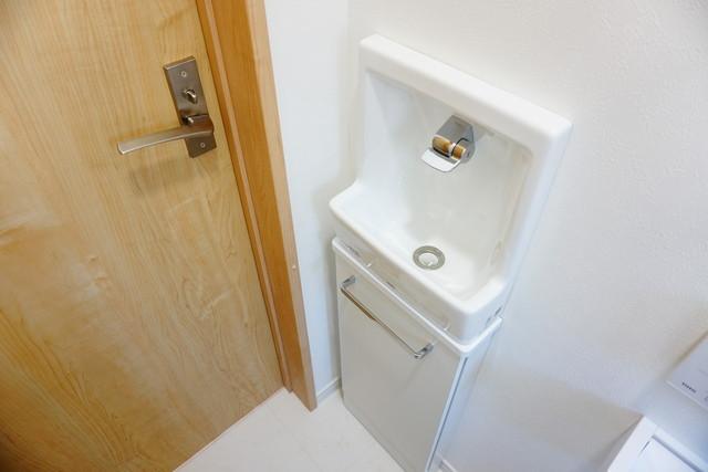 トイレには手洗い場が設置されています^^