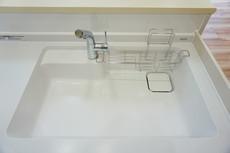 色も形もキレイなシンクは、広さも確保しているので、大きめの鍋も簡単に洗えます。