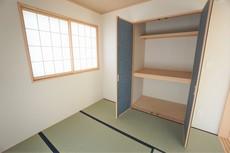 リビング隣には、ホッとできる和室を用意。お布団も収納できる大きな押し入れもありますよ^^お子様のお昼寝スペースや書斎としてなど、いろいろとお使い頂けますね。