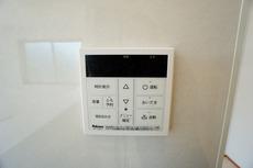 キッチン横からお湯張り、追い炊きがボタン一つで楽々操作できる給湯機リモコンです^^忙しい夕飯の準備の時間帯に重宝しますね。