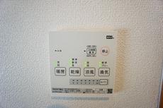 雨の日の洗濯も安心できる浴室暖房乾燥機付き浴室。 浴室暖房乾燥機には、暖房、乾燥、涼風、換気の4つの機能が付いています。タイマー付きです。