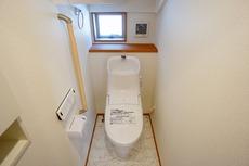 ウォシュレット付トイレです。節水機能もあるので、安心して使えますね。もちろん、1階2階の2ヶ所にトイレがあるので、忙しい朝にもゆとりができますね^^