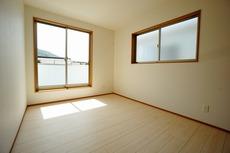 2面採光を確保した明るい室内は、風通しも良く、大変居心地の良い空間となっております。爽やかな風を感じて起きる朝は、快適生活の始まりに^^