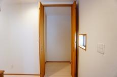 玄関正面にある廊下収納です。お掃除セットや日用品のストック・防災グッズの収納にも役立ちそう^^