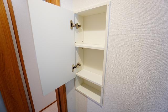 トイレには扉付き収納が付いています。