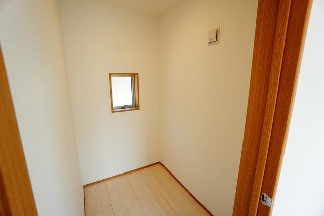 8.3帖の洋室にある書斎です。窓が付いているので明るく、換気もできますね^^