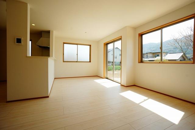 大きな窓のあるリビングは、陽光あふれる明るい空間です。居心地良く、ご家族皆がゆったり寛げる憩いの空間となりそうです^^