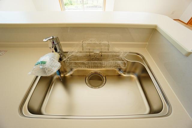 広々とした凸型シンクに洗剤ポケットを標準装備。大きなお鍋など洗いやすいです。洗剤や石鹸、スポンジもすっきりできる収納付き^^