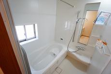1日の疲れを癒すくつろぎのバスルーム。足を伸ばしてもゆったりと入れるサイズです。お子様と一緒にお風呂に入っても狭くないですね(^^窓付き・浴室乾燥機で換気・雨の日の洗濯もばっちり^^