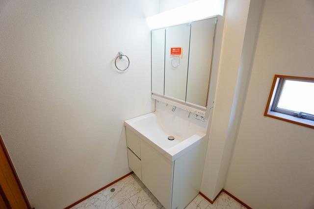 ミラー扉の内側が収納スペースになっています。ティッシュBOXも収納可能。可変トレイは、収納物に応じて高さの調節が可能。取り外して洗えるので清潔です^^