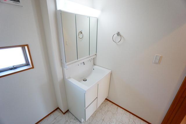 同仕様写真。ミラー扉の内側が収納スペースになっています。ティッシュBOXも収納可能。可変トレイは、収納物に応じて高さの調節が可能。取り外して洗えるので清潔です^^