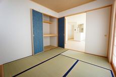 同仕様写真。リビングからの続き間として和室をご用意しました^^普段はリビングとつなげて開放的なスペースとして。来客時には客間としてお使いいただけます。