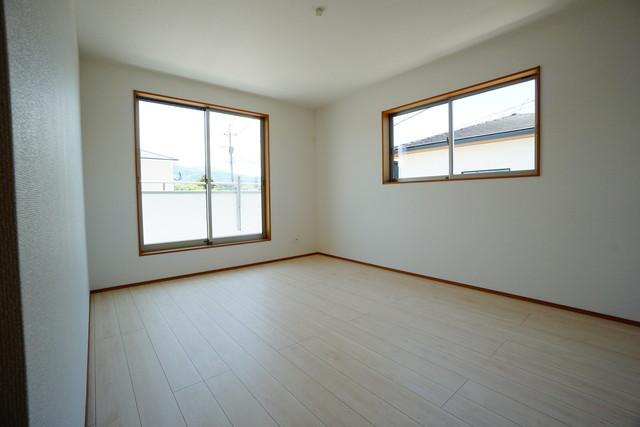 同仕様写真。2面採光を確保した明るい室内は、風通しも良く、大変居心地の良い空間となっております。爽やかな風を感じて起きる朝は、快適生活の始まりに^^