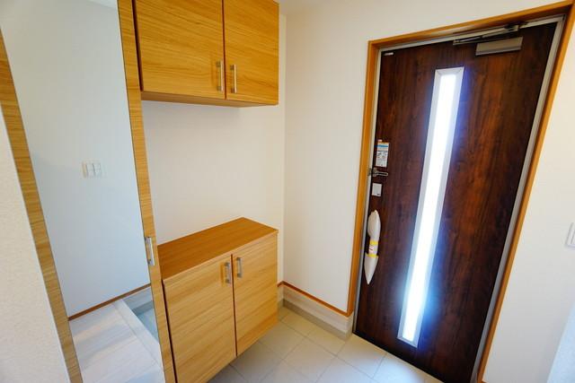 同仕様写真。採光も考えられた明るい玄関です。自動で閉まるタッチキーとTVインターホンが装備されているので、セキュリティーも安心^^