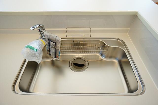 同仕様写真。広々とした凸型シンクに洗剤ポケットを標準装備。大きなお鍋など洗いやすいです。洗剤や石鹸、スポンジもすっきりできる収納付き^^