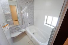 同仕様写真。1日の疲れを癒すくつろぎのバスルーム。足を伸ばしてもゆったりと入れるサイズです。お子様と一緒にお風呂に入っても狭くないですね(^^窓付き・浴室乾燥機で換気・雨の日の洗濯もばっちり^^
