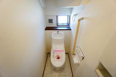 同仕様写真。ウォシュレット付トイレです。節水機能もあるので、安心して使えますね。もちろん、1階2階の2ヶ所にトイレがあるので、忙しい朝にもゆとりができますね^^