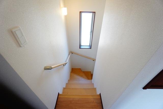 同仕様写真。採光も十分に計算された、手摺付き階段部分です。勾配も緩やかに設計されており、安全性も重視^^