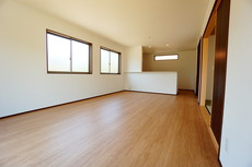 リビングは広々とした設計で、家族が集い、寛ぐ暮らしの空間を演出しています。