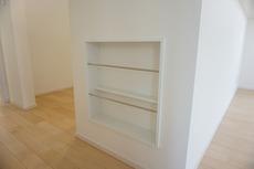 キッチンのカウンターなどを有効活用したマガジンラック付き。カウンターの壁面を利用しているので、出っ張りもなく雑誌や絵本、お料理本を収納できますよ。