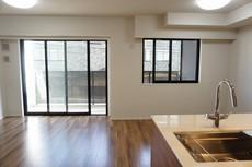 キッチンに向き合う形で大きな窓があります。たくさんの光や風を取り込むことができ快適な生活が過ごせそうです。