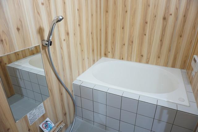 木目の壁面が落ち着く空間を醸し出しているバスルーム。自宅に居ながら温泉にいるような感覚でゆっくり入浴タイムを楽しめそう。