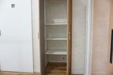 リビング収納として使える物入があります。扉があるので、しっかりプライベートを守ってくれます。