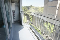 明るい陽射しが嬉しいバルコニーです。広さが十分にあり、洗濯物も沢山干せそうです。水栓が付いており、バルコニーの床や窓の掃除が格段にしやすくなり大変便利です。