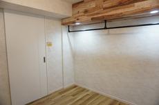 4.8帖の洋室です。梁に固定されているハンガーパイプは、便利でありながらこだわりを「見せる」ことが可能です。グリーンやお気に入りの洋服を吊るすなど自由自在です^^