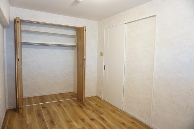 5.8帖の洋室には、ワイドなクローゼットをご用意^^空間を広く使えるので、寝室としてのご利用もオススメです^^