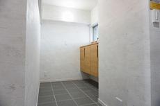 玄関横のシューズクローク。白とグレー、ナチュラルなシューズボックスが素敵です。スペースが大変広いので、椅子やコートハンガーを置いても便利ですね^^