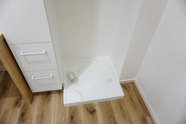 洗面台の横にある、防水パン付き室内洗濯機置き場です。