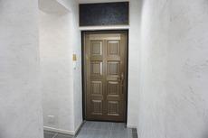 エントランスと同じお部屋の玄関です。雰囲気がありますね^^