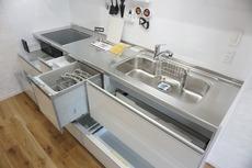 キッチンの収納は大容量です。可動が多い引き出しはサイレントレールでスーッと気持ちよく閉まります(コンロ下小引き出しは除く)。