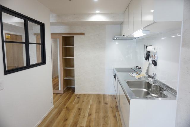 オープンとクローズの良いとこどりをしたセミオープン型キッチン。クローズ型に近い独立性もありつつ、ほどよい開放感もありますね。家族の様子を見守りながら、作業ができます。